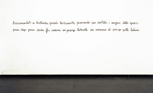 Cesare Viel, Avvicinandoti a distanza, 2008, scritta a parete. Foto Francesco Cardarelli. Courtesy Pinksummer, Genova