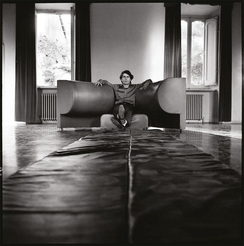 Cesare Tacchi, Poltrona inutile, 1967, Palazzo Ancaiani, Spoleto. Foto Renato Mambor. Courtesy Archivio Cesare Tacchi, Roma