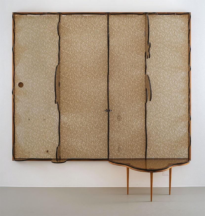 Clay Ketter, Persson's Dream, 2019, laminato per fibre di legno su multistrato, struttura in legno, lamiera acrilica Lasercut, legno di teak, ferramenta, cm 245 x 248 x 58. Courtesy Cecilia Hillström Gallery, Stoccolma