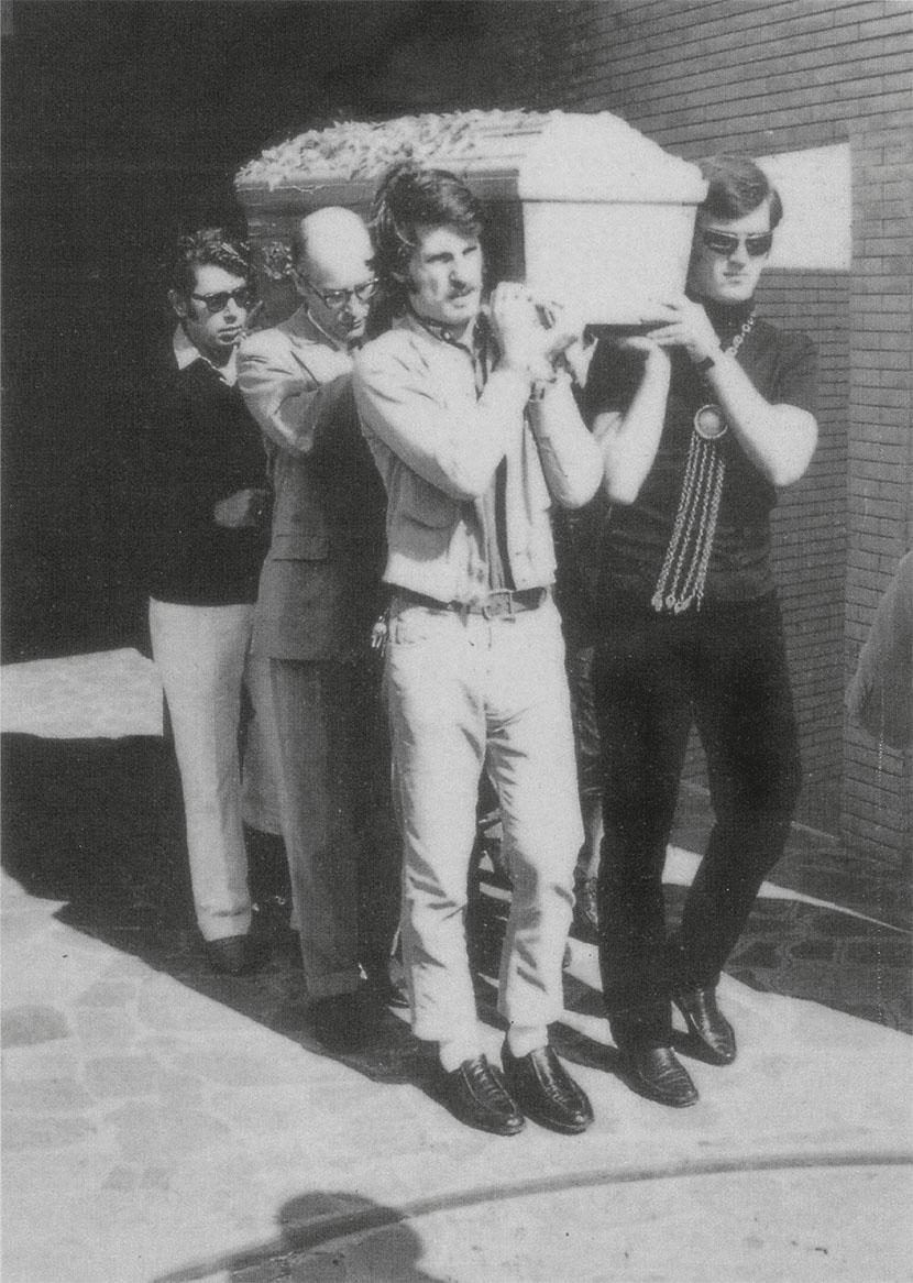 da sinistra: Vittorio Brandi Rubiu, Maurizio Calvesi, Cesare Tacchi, Fabio Sargentini al funerale di Pino Pascali, Roma, 1968