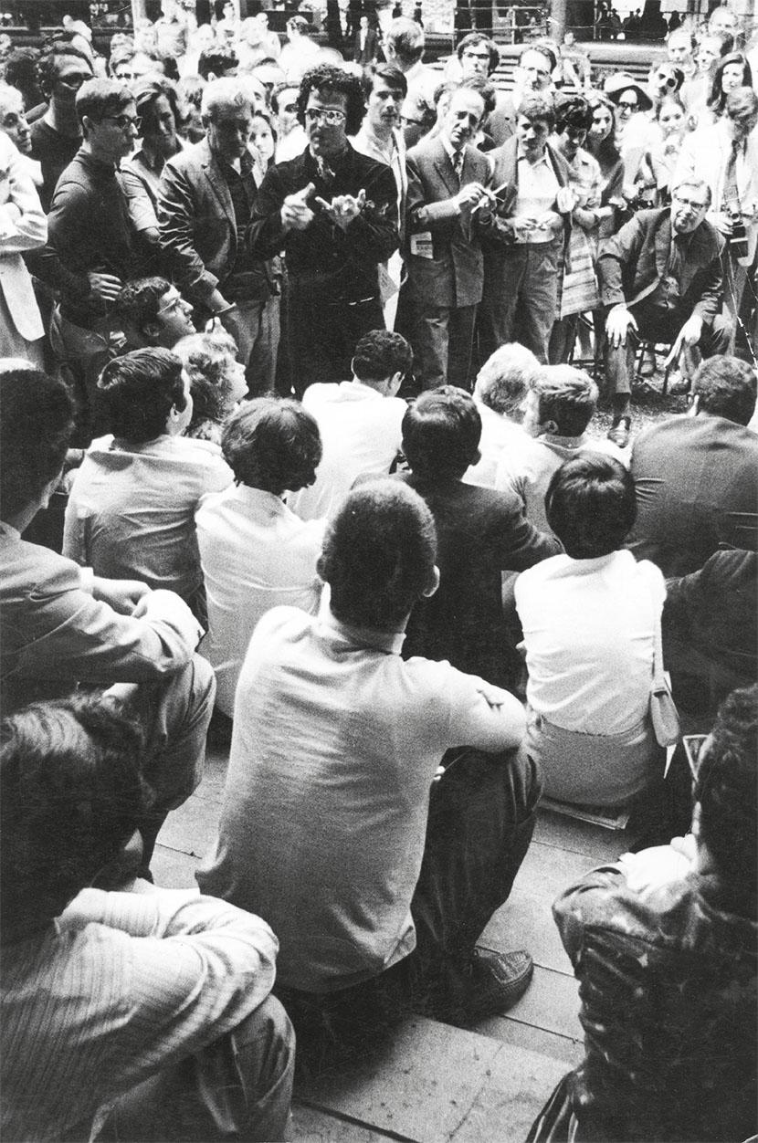 Pino Pascali in un'assemblea alla Biennale di Venezia del 1968. Courtesy Archivio L'Attico, Roma