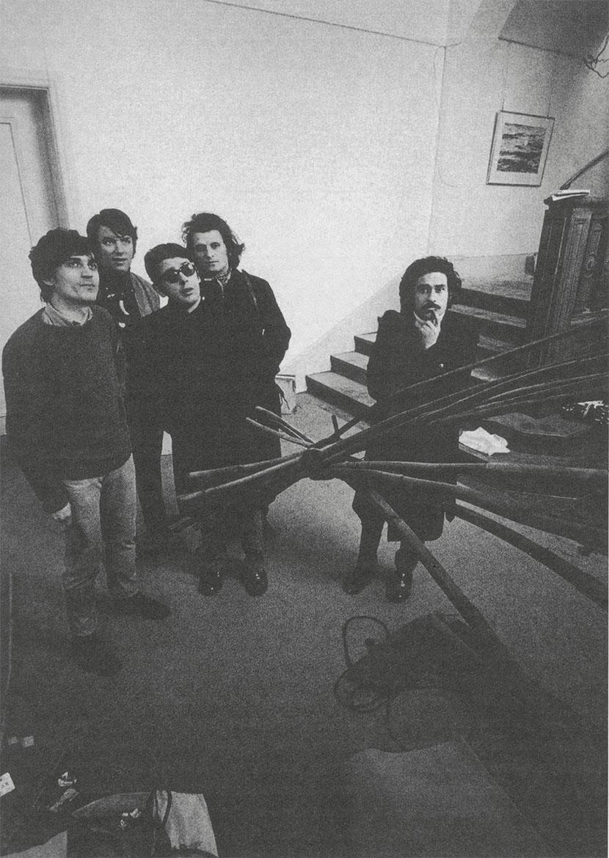 da sinistra: Gilberto Zorio, Fabio Sargentini, Vittorio Brandi Rubiu, Eliseo Mattiacci, Jannis Kounellis a Berna in occasione della mostra When Attitudes Become Forms, marzo 1969. Foto Claudio Abate