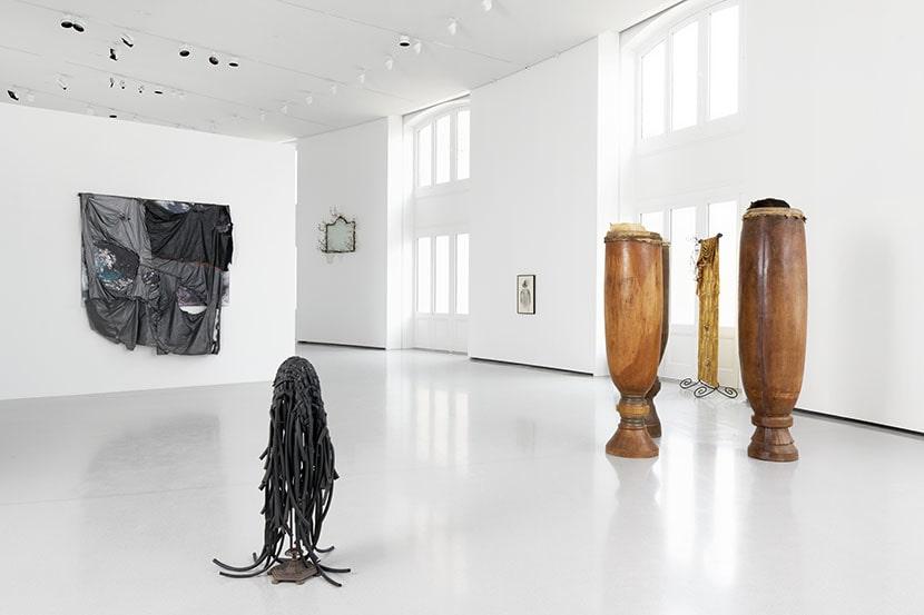 David Hammons, Ouverture, installation view, Bourse de Commerce - Pinault Collection, Parigi, 2021. Foto Aurélien Mole. Courtesy l'artista e Bourse de Commerce - Pinault Collection